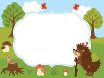 Plantilla de la tarjeta del vector con un erizo lindo, las mariposas, las setas y los árboles en Forest Background Foto de archivo libre de regalías