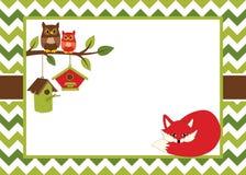 Plantilla de la tarjeta del vector con un Fox de la historieta, los búhos y las pajareras en el fondo de Chevron stock de ilustración