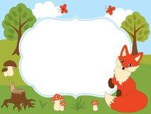 Plantilla de la tarjeta del vector con un Fox lindo, las mariposas, las setas y los árboles en Forest Background Foto de archivo