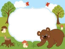 Plantilla de la tarjeta del vector con un oso lindo, las mariposas, las setas y los árboles en Forest Background Imagen de archivo