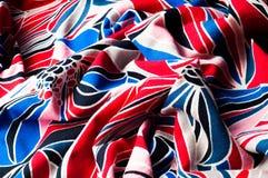 Plantilla de la textura Paño hecho punto Flores azules blancas rojas Flor Imagen de archivo libre de regalías