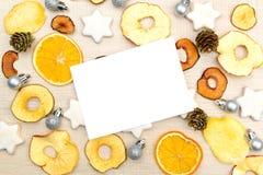 Plantilla de los saludos de la Navidad creativa inusual y del Año Nuevo con Fotografía de archivo
