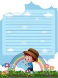 Plantilla de papel con las plantas de riego del muchacho en fondo Imagenes de archivo