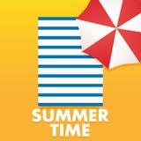 Plantilla del cartel del tiempo de verano con el paraguas, toalla de playa de la arena Foto de archivo libre de regalías