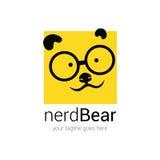 Plantilla del diseño del logotipo del empollón con el oso de la cara de la historieta en vidrios del ojo en un fondo Imagen de archivo