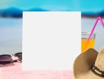 Plantilla del fondo de la oferta del verano para la promoción y las ventas Gafas de sol, cóctel y sombrero brimmed en la toalla c fotografía de archivo