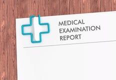 Plantilla del informe médico con el clip de papel cruzado Fotografía de archivo