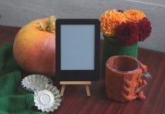 Plantilla del otoño con la calabaza, dalias Imagenes de archivo