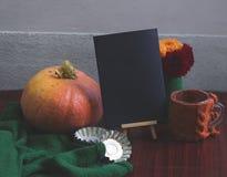Plantilla del otoño con la calabaza, dalias Fotos de archivo