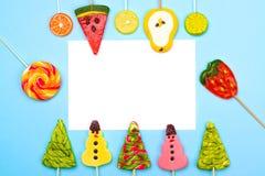 Plantilla del saludo de la Navidad colorida divertida y del Año Nuevo con el swe Fotos de archivo libres de regalías