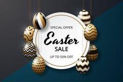 Plantilla feliz del fondo de la venta de pascua con los huevos adornados brillo de oro realista fotos de archivo libres de regalías