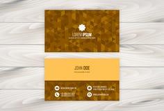 Plantilla geométrica del diseño de la tarjeta de visita con el fondo de madera Foto de archivo