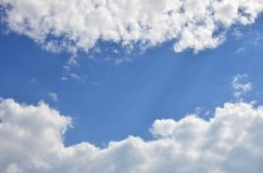 Plantilla hermosa del fondo del cielo azul con un cierto espacio para el mensaje de texto de entrada abajo aislado en azul Imagen de archivo libre de regalías