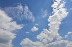 Plantilla hermosa del fondo del cielo azul con un cierto espacio para el mensaje de texto de entrada abajo aislado en azul Imagenes de archivo