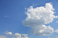 Plantilla hermosa del fondo del cielo azul con un cierto espacio para el mensaje de texto de entrada abajo aislado en azul Imágenes de archivo libres de regalías