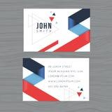 Plantilla moderna y limpia de la tarjeta de visita del diseño en fondo azul y rojo del extracto del triángulo Impresión de la pla Imágenes de archivo libres de regalías