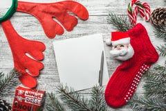 Plantilla para la tarjeta de Navidad con la frontera del árbol de abeto y el espacio de la copia fotos de archivo libres de regalías