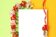 Plantilla puesta plana de la maqueta con las flores del verano imagenes de archivo