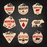 Plantillas de las insignias del campo de la montaña con las montañas y árboles aislados libre illustration