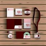 Plantillas inmóviles del diseño romántico de la fecha de la documentación de efectos de escritorio del negocio sobre fondo de mad stock de ilustración