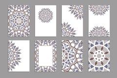 Plantillas para las tarjetas del saludo y de visita, folletos, cubiertas con adornos florales ilustración del vector