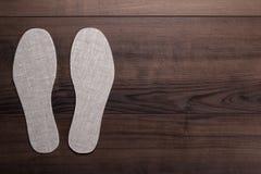 Plantillas para los zapatos en fondo de madera Fotografía de archivo