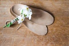Plantillas y ramo ortopédicos de narcisos blancos backg de madera Fotos de archivo