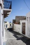 Plantpost multicolor en el backstreet Mefalohori, Santorini Imagen de archivo libre de regalías