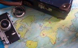 Planu podróży abstrakcjonistyczny pojęcie z starymi mapami walizka i kamera Fotografia Royalty Free