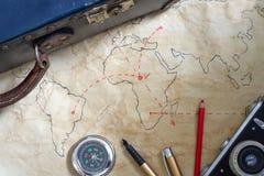 Planu podróży abstrakcjonistyczny pojęcie z starymi mapami walizka i kamera Obraz Stock