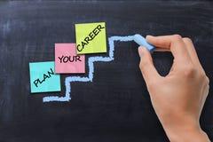 Planung- der beruflichen Laufbahnkonzept mit farbigem Haftnotizindex auf der Leiterkreide gezeichnet auf Tafel Stockfoto