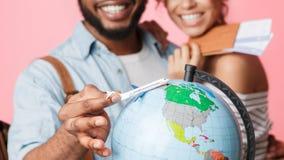 Planung des glücklichen Paars und Vorbereiten für Reise lizenzfreie stockbilder