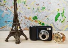Planung Ferien, Reise mit Karte Kamera, Uhr, Eiffelturm Stockbild
