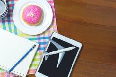 Planung Ihrer Feiertagsreise in einem Café Reise Bloggers, die Hintergrund mit Kopienraum schreiben Stockbilder