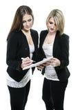 Planung mit zwei Frauen lizenzfreie stockfotografie
