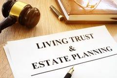 Planungsformular des lebenden Vertrauens und des Zustandes auf Schreibtisch stockbilder