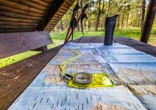 Planungsreise mit Karte, Kompass, Wanderstöcken und thermischem Becher Lizenzfreie Stockfotografie