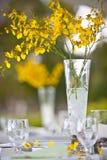 Plażowego ślubu wystroju stołu kwiaty i położenie Zdjęcia Royalty Free