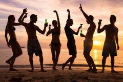 Plażowy przyjęcie, grupa młodzi ludzie tanczy, przyjaciele Zdjęcia Royalty Free