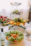 Plaqués sont pleins du fruit différent placé sur les supports Nourriture de mariage Photo libre de droits