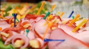 Plaque avec de la viande sur une table de célébration. Images stock