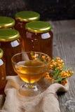 Plaque avec du miel et les baies frais Photo stock