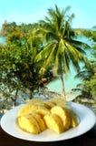 Plaque avec l'ananas coupé en tranches Images stock