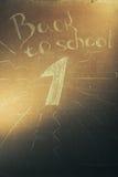 Plaque avec l'inscription de nouveau à l'école, Photos libres de droits