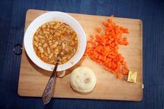 Plaque avec la soupe aux fèves sur la table Photographie stock libre de droits
