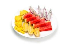 Plaque avec le fruit coupé en tranches Photographie stock