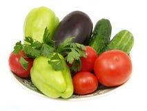 Plaque avec les légumes frais. D'isolement. Photos stock