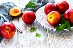 Plaque avec les nectarines fraîches Images stock