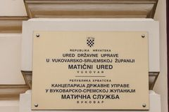 Plaque bilingue sur une administration croate dans l'alphabet latin ou le latinica de langue croate et dans la langue serbe images stock