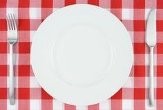 Plaque blanche sur le tissu checkered rouge et blanc Photos stock
